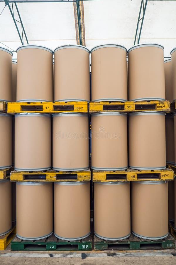 Les tonneaux à huile ou les tambours chimiques empilés, des barils ont fait à partir de la fibre photo stock