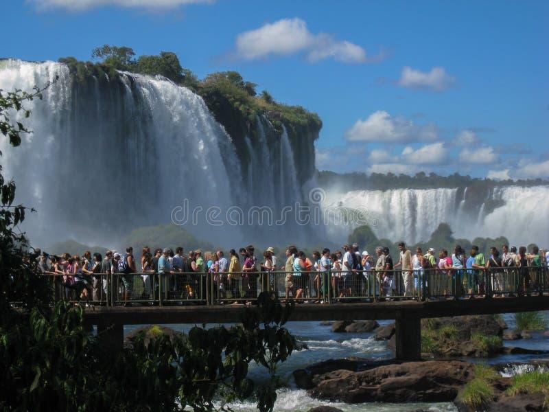 Les touristes à Foz font le parc d'Iguassu images libres de droits
