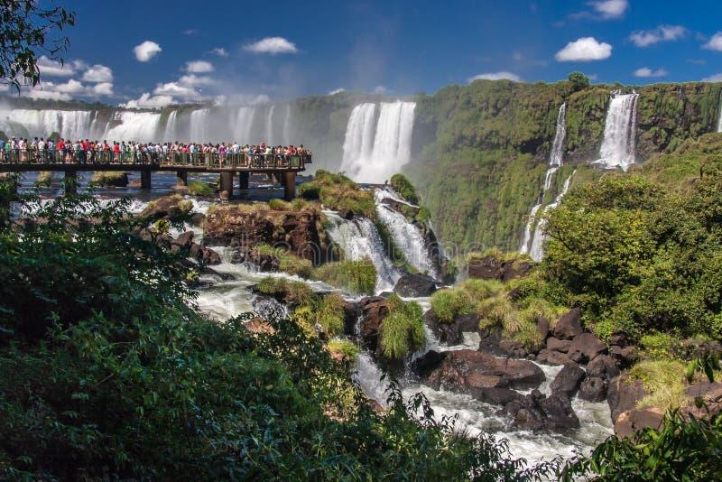 Les touristes à Foz font le parc d'Iguassu photo libre de droits