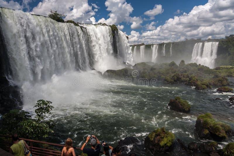 Les touristes à Foz font le parc d'Iguassu images stock