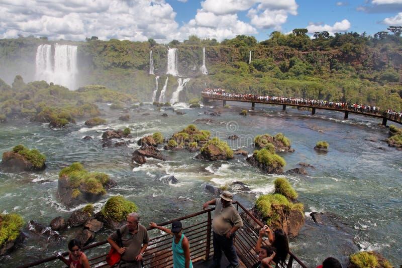 Les touristes à Foz font le parc d'Iguassu photos stock