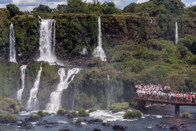 Les touristes à Foz font le parc d'Iguassu image libre de droits