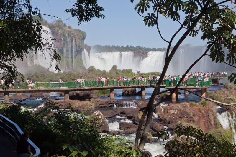 Les touristes à Foz font le stationnement d'Iguassu images stock
