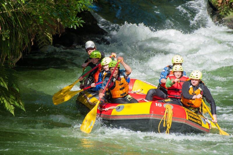 Les touristes émergent barbotant d'une eau blanche transportant le cours par radeau aux cascades de Kaituna dans Rotorua Nouvell photo libre de droits