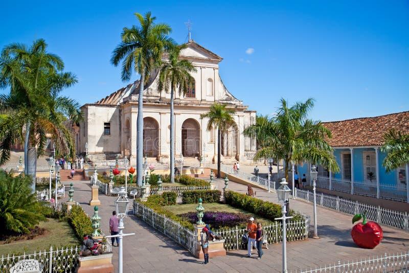 Les touristes admirent l'architecture typique au Trinidad, Cuba. images stock