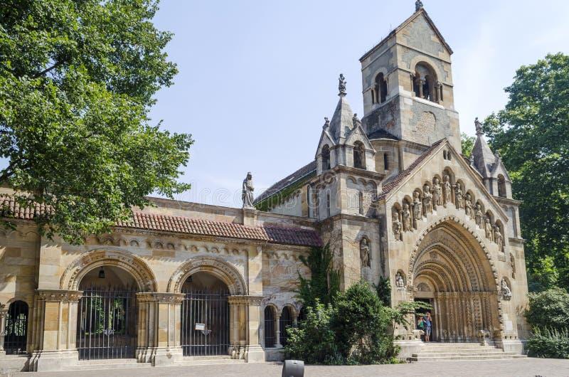 Les touristes appréciant la belle visite Vajdahunjad de temps se retranchent le 9 août 2015 à Budapest, Hongrie photo libre de droits