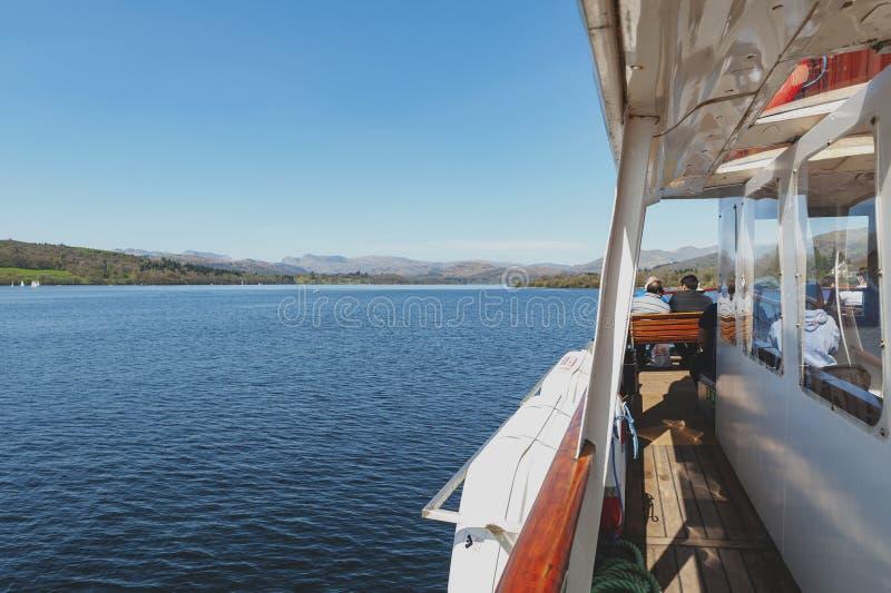 Les touristes appréciant le bateau croisent au lac Windermere de Bowness-sur-Windermere à Ambleside le jour d'été dans le secteur photos stock