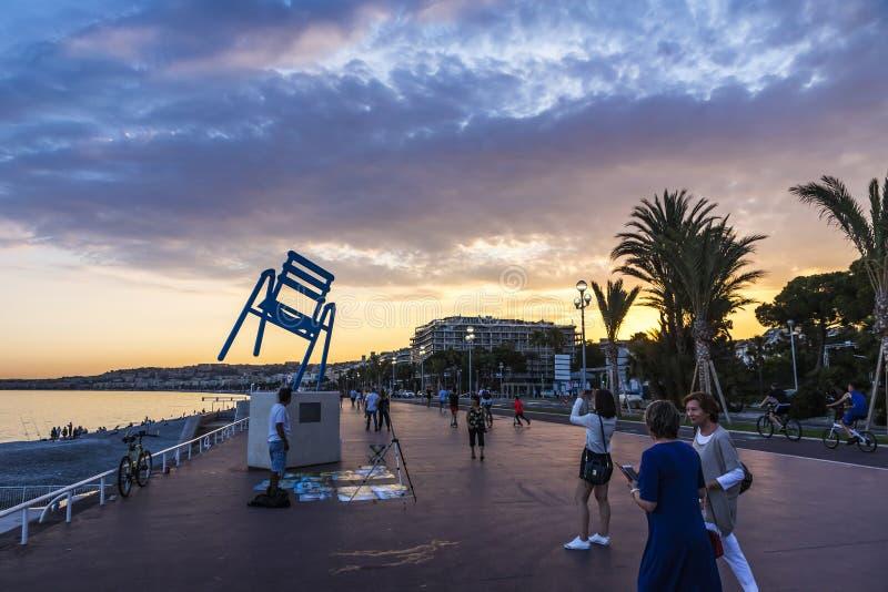 Les touristes apprécient la nuit d'été chez Promenade des Anglais dans la ville de Nice, France images libres de droits