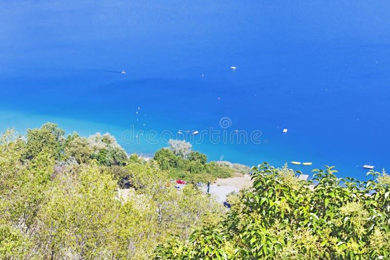 Les touristes apprécient le soleil et des watersports dans le lac de volcan de Castel Gandolfo photos stock