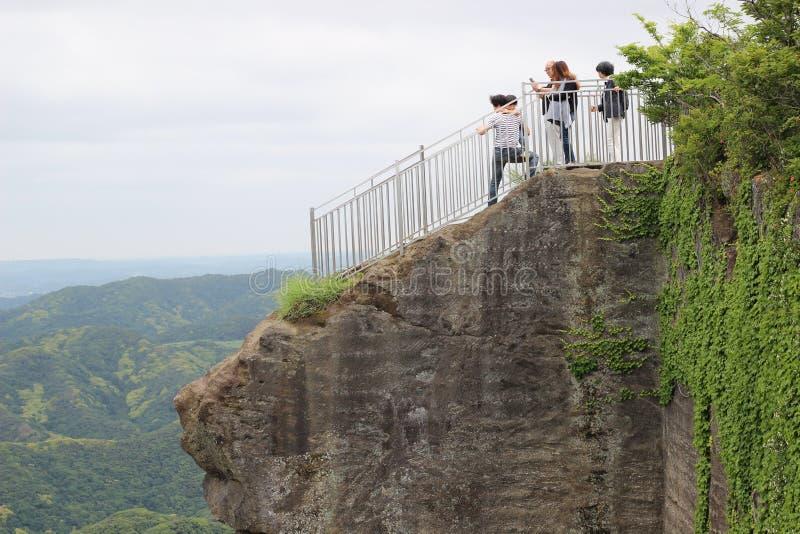 Les touristes approchent le bord d'une falaise images stock