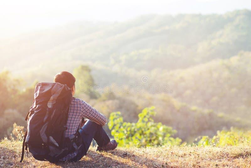 Les touristes attendent des amis sur la montagne image stock