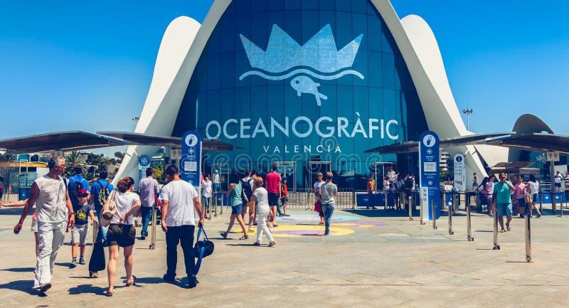 Les touristes attendent en dehors de l'entrée à Oceanografic à Valence photo stock