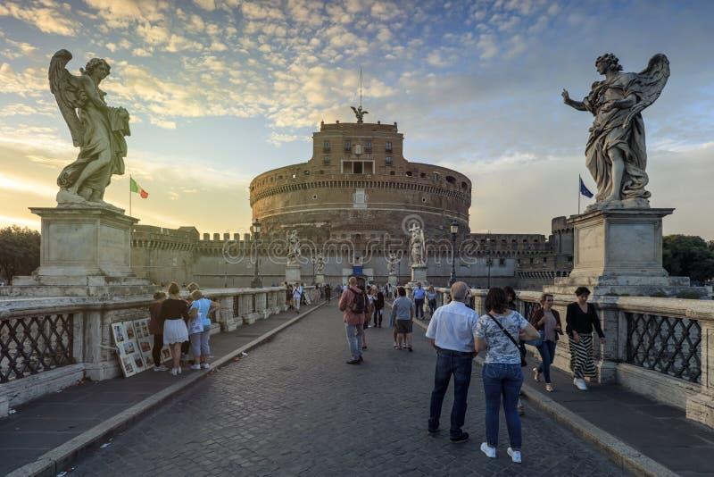 Les touristes au-dessus de Castel Santangelo jettent un pont sur mener à la forteresse de Castel Santangelo près de Ville du Vati image libre de droits