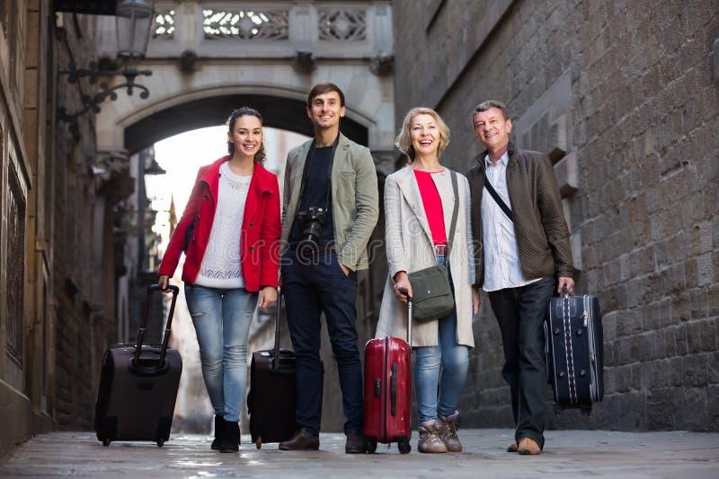 Download Les Touristes Avec Le Bagage Posent Sur La Rue De Ville Image stock - Image du extérieur, bagage: 76083795