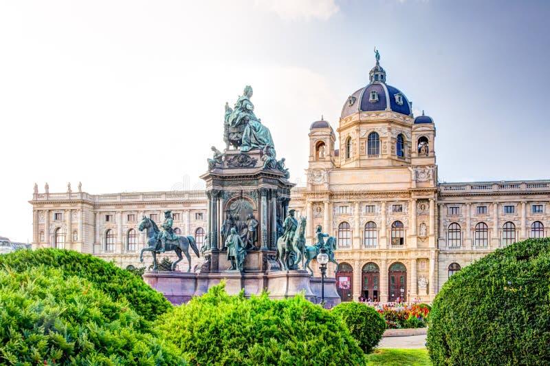 Les touristes chez la Maria-Theresien-Platz historique ajustent à Vienne photographie stock