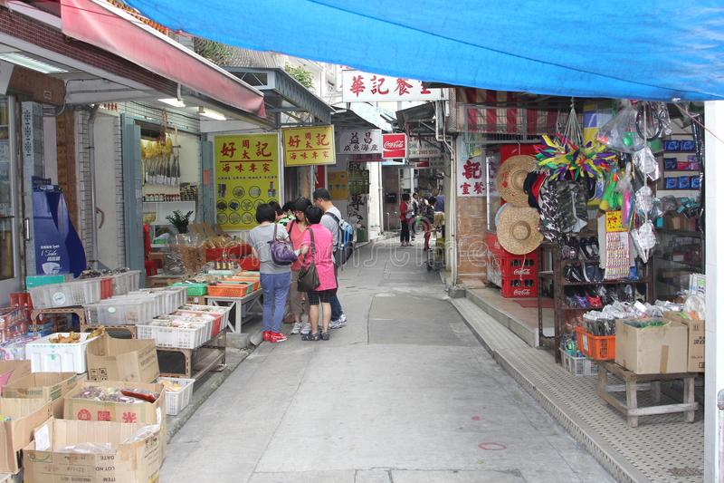 Les touristes chinois font des emplettes dans Tai O à l'île de Lantau à Hong Kong image stock
