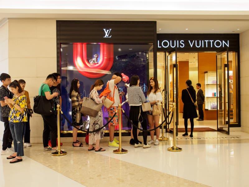 Les touristes chinois font la queue devant Louis Vuitton, Bangkok, Thaïlande photographie stock libre de droits