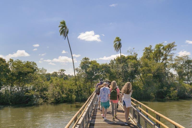Les touristes croisant le pont qui va à la gorge de diable tombe image stock