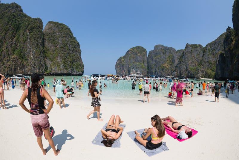 Les touristes détendent de Maya Bay sur Phi Phi Leh, Thaïlande photo stock