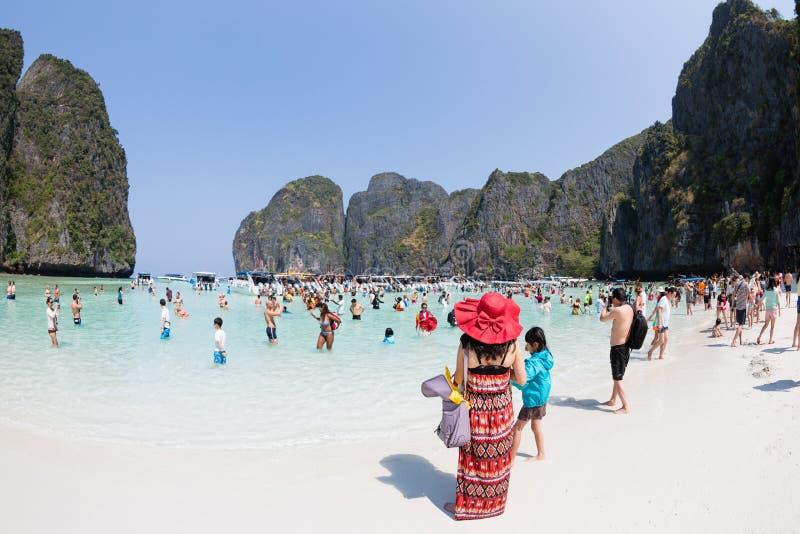 Les touristes détendent de Maya Bay sur Phi Phi Leh, Thaïlande photographie stock