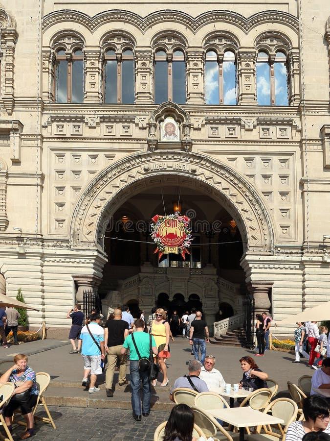 Les touristes détendent devant la GOMME de centre commercial sur la place rouge un jour d'été à Moscou photographie stock libre de droits
