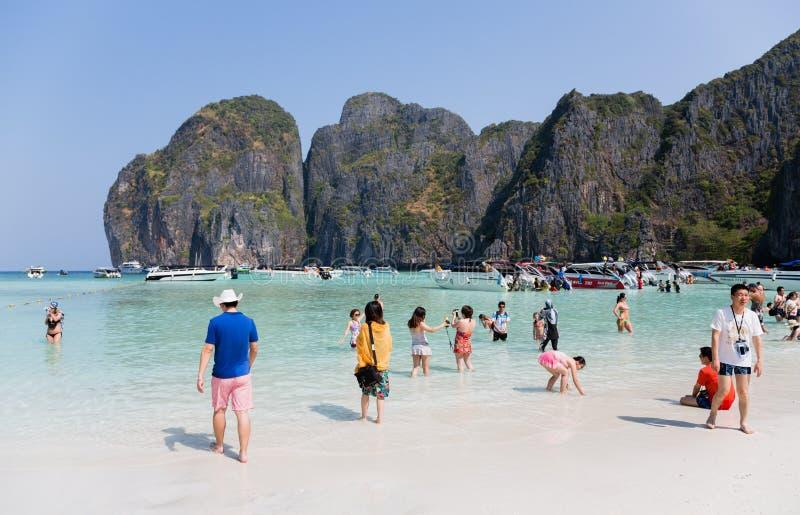 Les touristes détendent sur l'île de Phi Phi Leh photos libres de droits