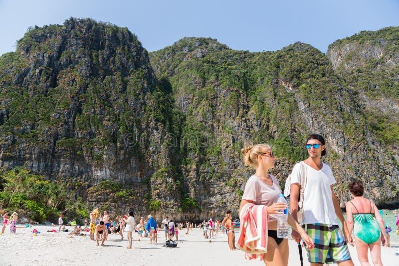 Les touristes détendent sur l'île de Phi Phi Leh images libres de droits