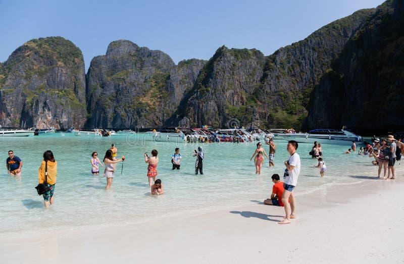 Les touristes détendent sur l'île de Phi Phi Leh images stock