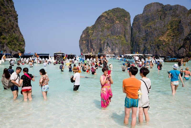Les touristes détendent sur l'île de Phi Phi Leh, Thaïlande photos stock