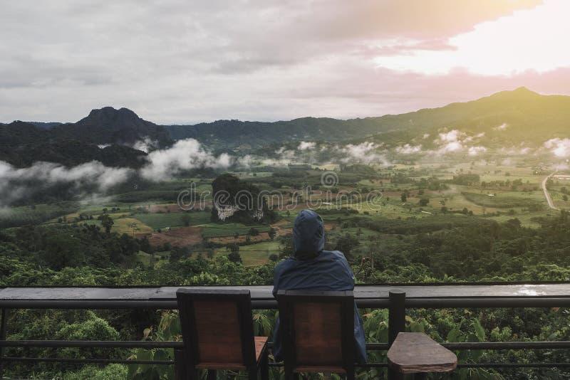Les touristes d'une façon décontractée avec des Mountain View pendant le matin comme fond image stock