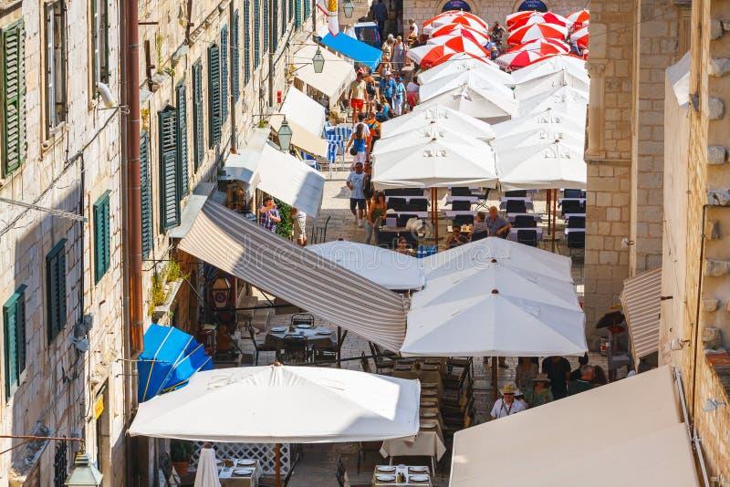 Les touristes d'Unidentifed visitant la vieille ville de Dubrovnik, Dubrovnik est un site de patrimoine mondial de l'UNESCO image libre de droits