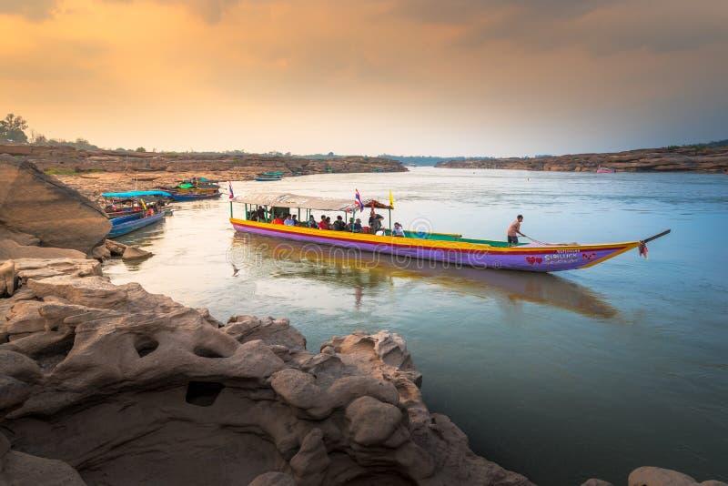 Les touristes de service de bateau le long de la plus grande roche mettent en place chez Sam Pan Boak, Thaïlande photo libre de droits