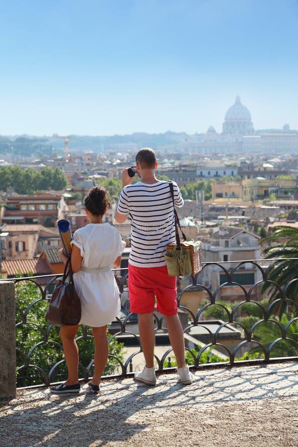 Les touristes effectue la photo du beau panorama image libre de droits
