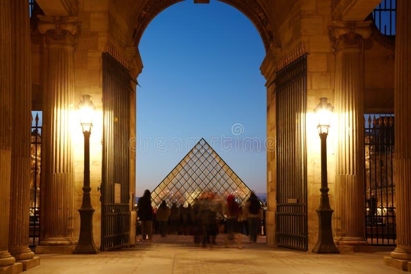 Les touristes en auvent semblent la pyramide ronde d'auvent images libres de droits
