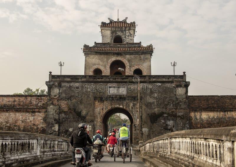 Les touristes entrant dans la citadelle par un de eux est des portes d'entrée, Hue, Vietnam photographie stock libre de droits