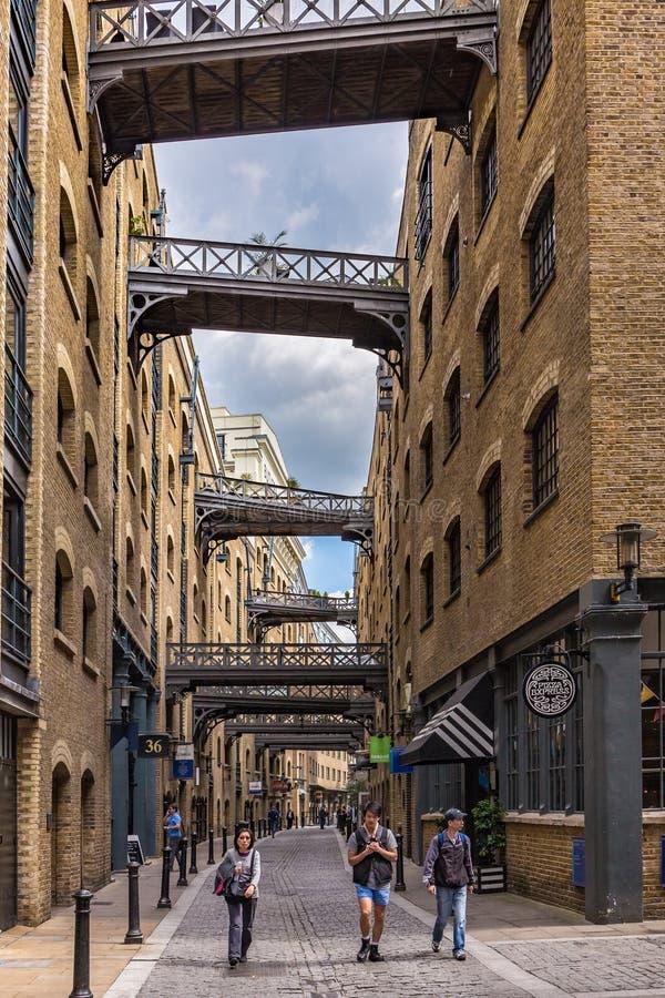 Les touristes explorent la région de Shad Thames de Southbank de Londres photos libres de droits