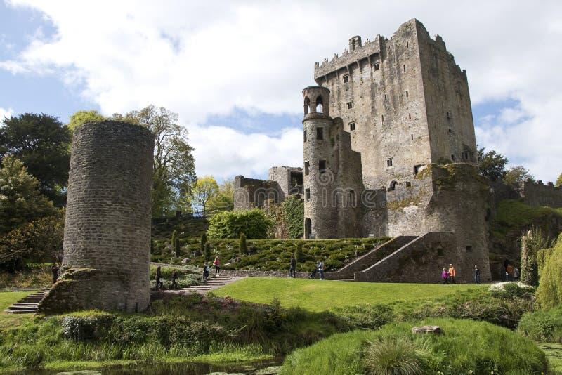 Les touristes explorent le château de cajolerie et les raisons, cajolerie photo stock