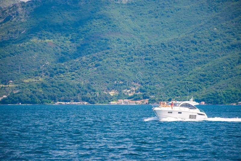 Les touristes heureux les prennent un bain de soleil sur une embarcation de plaisance image stock