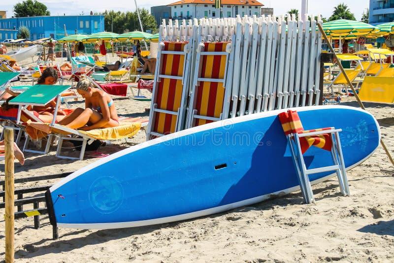 Les touristes les prennent un bain de soleil sur la plage dans la marina de Bellaria Igea, Rimini images libres de droits