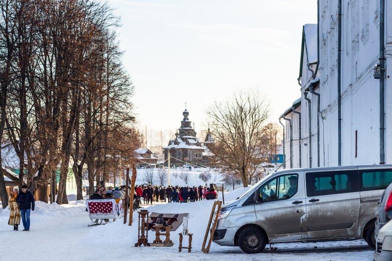 Les touristes marchent après un marché de souvenir dans Suzdal image libre de droits