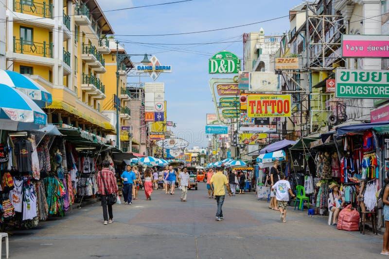 Les touristes marchent le long de la route de Khao San d'asile de randonneur photos libres de droits