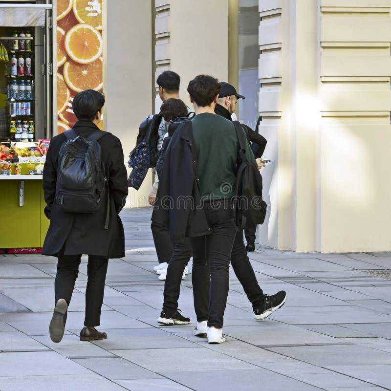 Les touristes marchent, soutiennent la vue Deux jeunes hommes à la mode dans le noir photos libres de droits