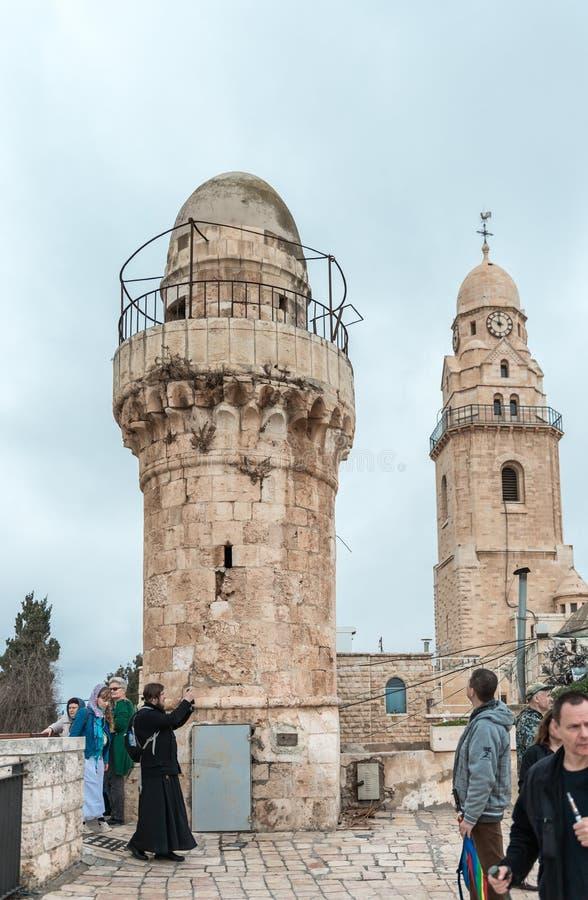 Les touristes marchent sur le toit du bâtiment, qui loge la tombe du Roi David et voit les vues dans la vieille ville de Jérusale images libres de droits