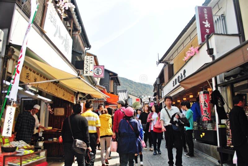 Les touristes marchent sur une rue autour du temple de Kiyomizu à Kyoto, Japon photos stock