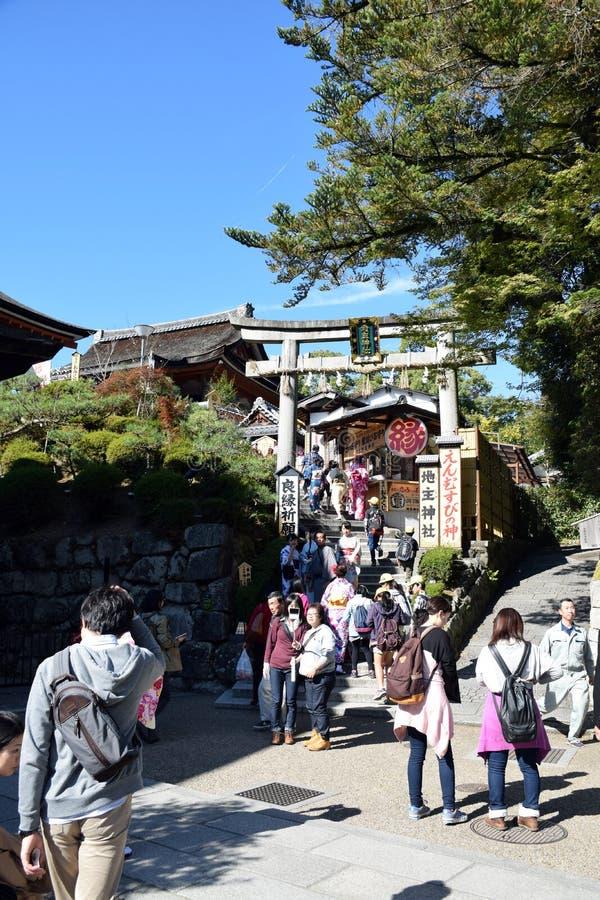 Les touristes marchent sur une rue autour du temple de Kiyomizu, Kyoto photographie stock libre de droits