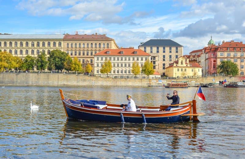 Les touristes montent un bateau sur la rivière de Vltava, Prague, la République Tchèque Vue d'été sur Vltava avec les cygnes et l image libre de droits