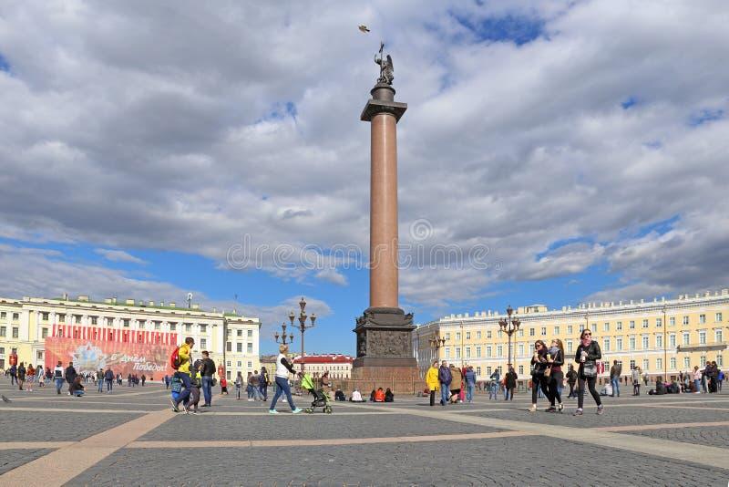 Les touristes nombreux au palais ajustent à St Petersburg photos stock