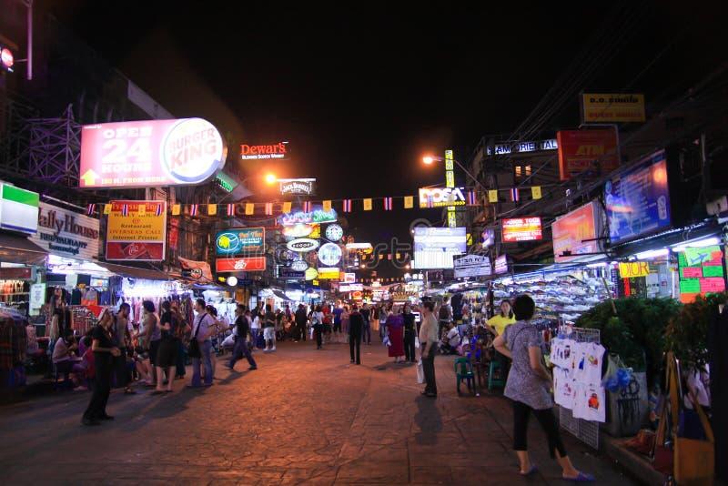 Les touristes non identifiés marchent le long de la route de Khao San d'asile de randonneur, Bangkok, Thaïlande. image libre de droits