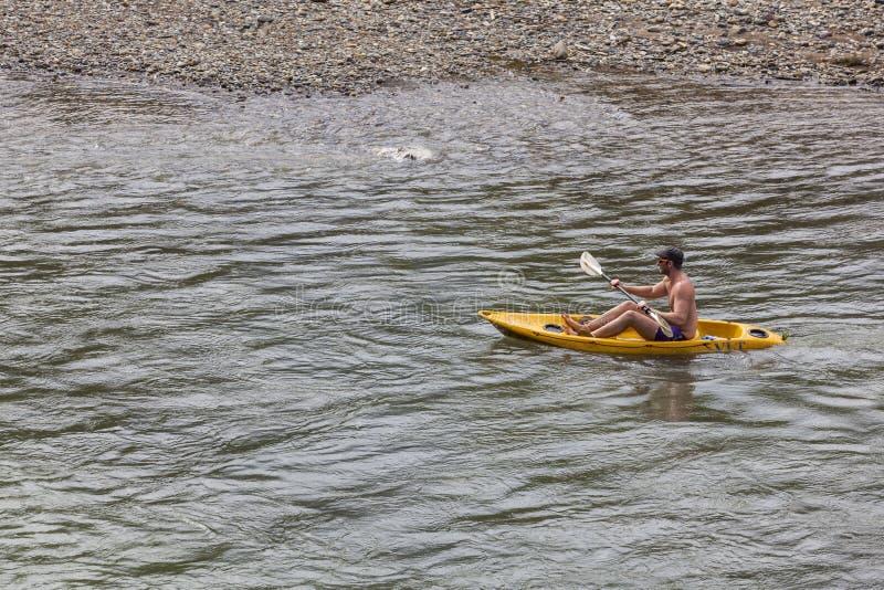 Les touristes non identifiés rament des bateaux de kayak en rivière de chanson photos libres de droits