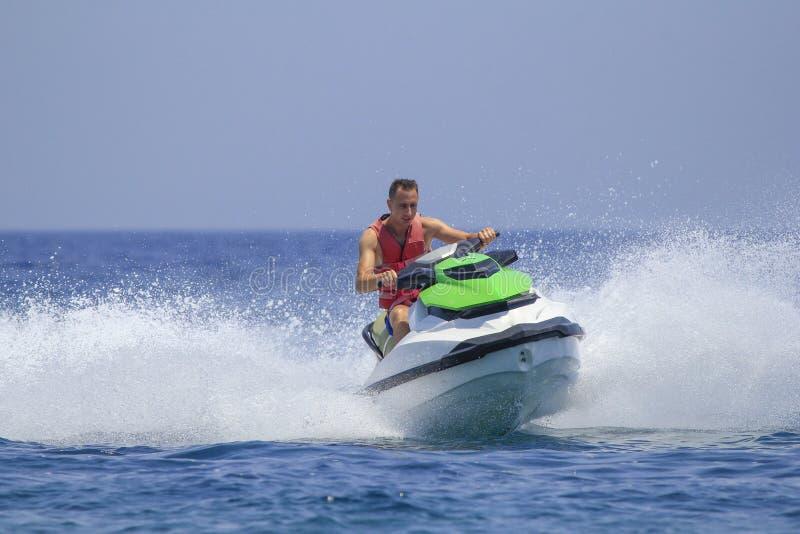 Les touristes ont plaisir à conduire le scooter de mer images libres de droits